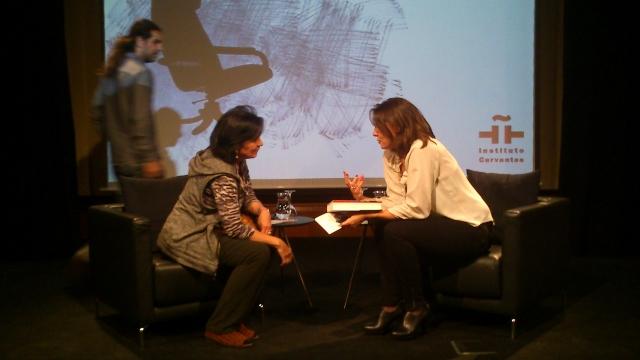 Monserrat Iglesias (der), directora de Cultura del Instituto Cervantes, conversa con la escritora Laura Restrepo.